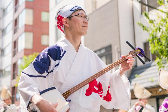 江戸っ子連、マロニエ祭り、心浮く素敵な鳴り物を奏でる三味線の奏者