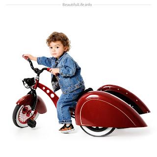 Niño con triciclo infantil de lujo.