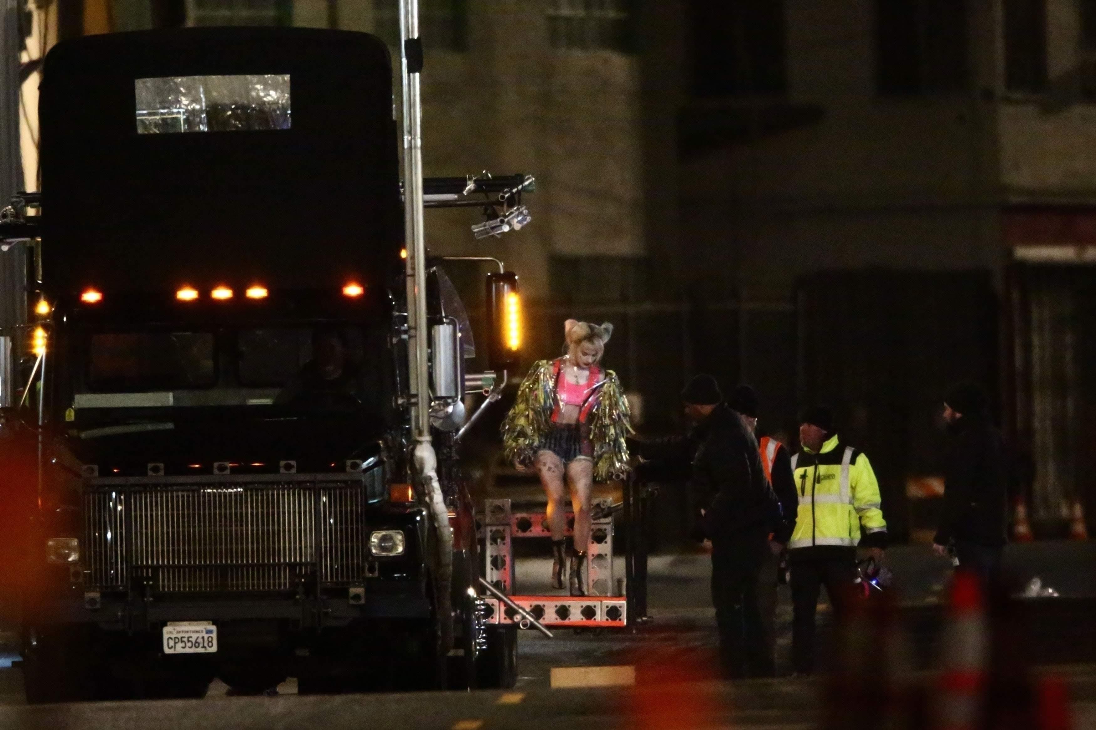 Margot Robbie as Harley Quinn watches a truck explosion in Birds of Prey : 中華料理屋の次はトラックも爆発するらしい DCコミックスの戦うヒロイン映画「バーズ・オブ・プレイ」を撮影中のハーレー・クインのマーゴット・ロビー ! !