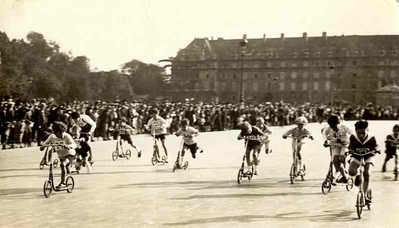 Course de trottinettes à Paris, en 1928