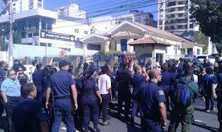 Guarda Municipais bloqueiam saída de viaturas da sede da corporação em Campos (RJ)
