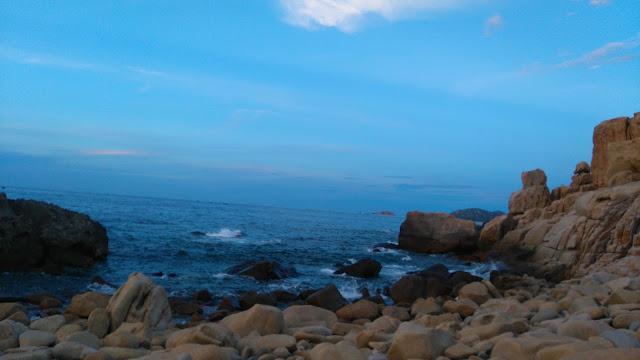 Biển xanh, đá vàng ở hang rái