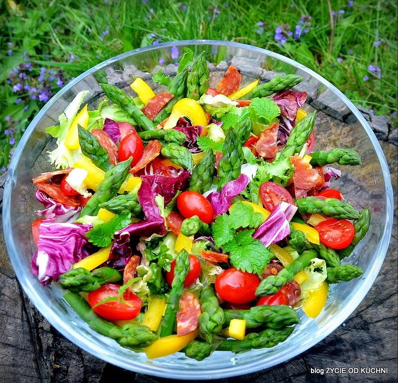 szparagi, salatka ze szparagami, salatka do grilla, czerwiec, sezonowa kuchnia, przepisy sezonowe czerwiec, truskawki, szparagi,bob, wiosenne przepisy, zycie od kuchni, hulali po polu i pili kakao