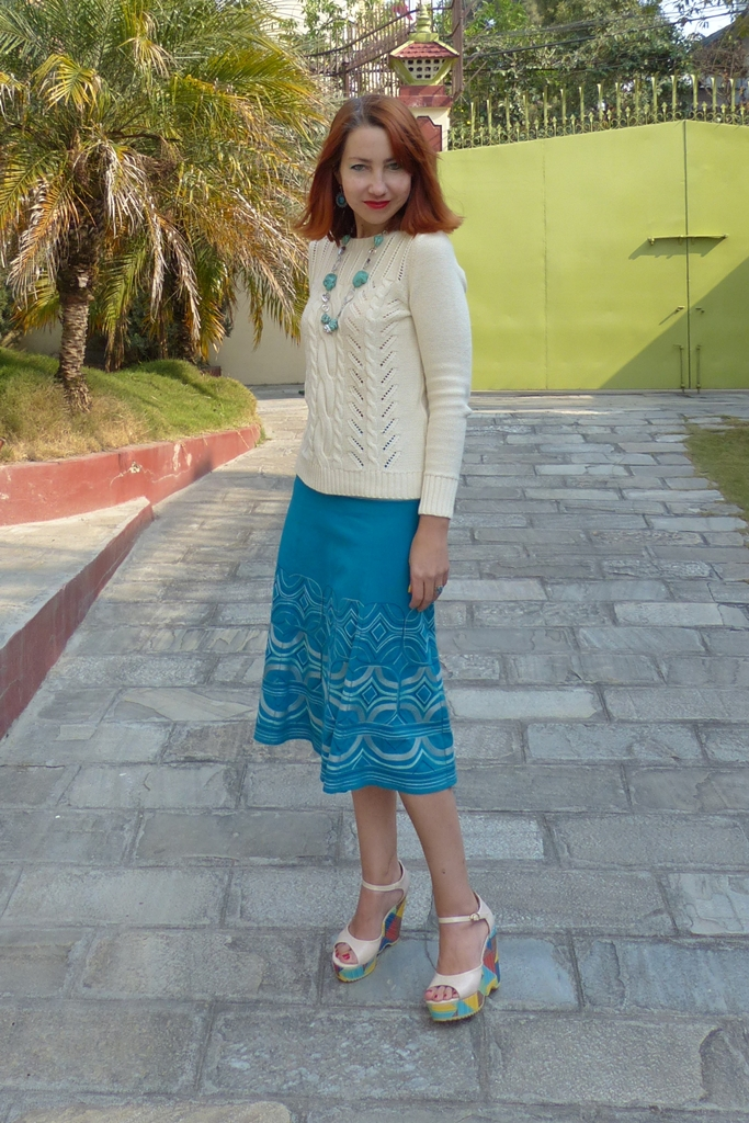 Outfit in turquoise and beige