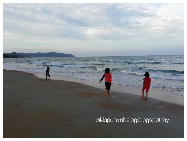 Percutian pendek cikla sekeluarga : Tengok ombak dan pantai di Teluk Kemang, Port Dickson.