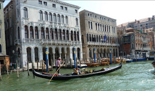 Góndola navegando por el Gran Canal.