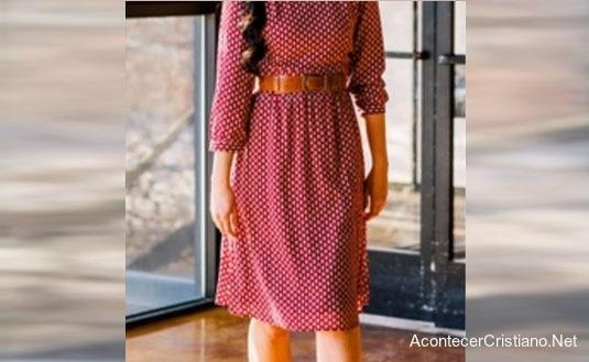 Mujer cristiana usando vestido