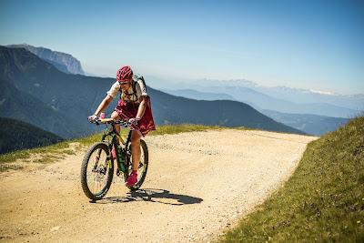 Heidi radelt über die Alpen