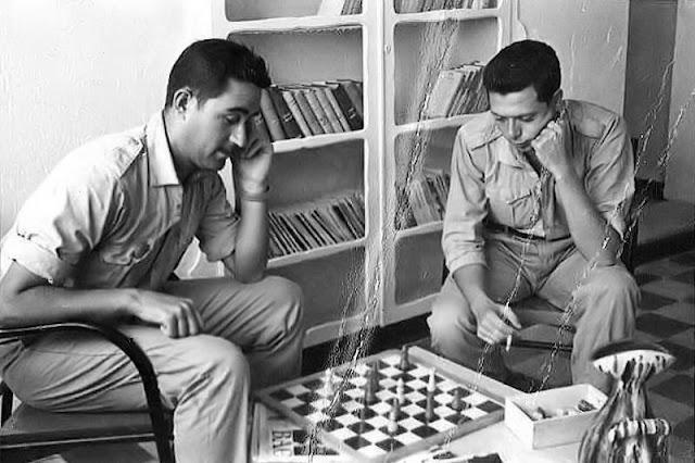 """Aquel primitivo proyecto, fructificó. Ricardo y Alfonso jugando al ajedrez en nuestro """"Hogar del Soldado"""" del Grupo Mixto (Foto de Ricardo Sacristán)"""