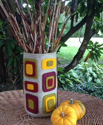 http://kbbcrafts.blogspot.com.es/2017/09/appliqued-fall-felt-vase.html