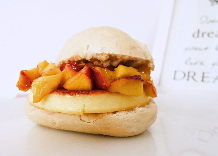Grillkäseburger mit karamellisierten Nektarinen