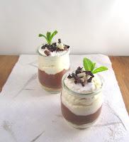 Vasitos de crema de chocolate al caramelo con nata y migas de galletas digestive.