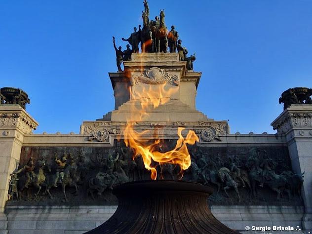 Parte central do Monumento à Independência do Brasil e destaque para a pira frontal