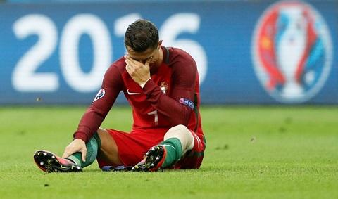 Ronaldo ra khỏi trận đấu với giọt nước mắt tiếc nuối