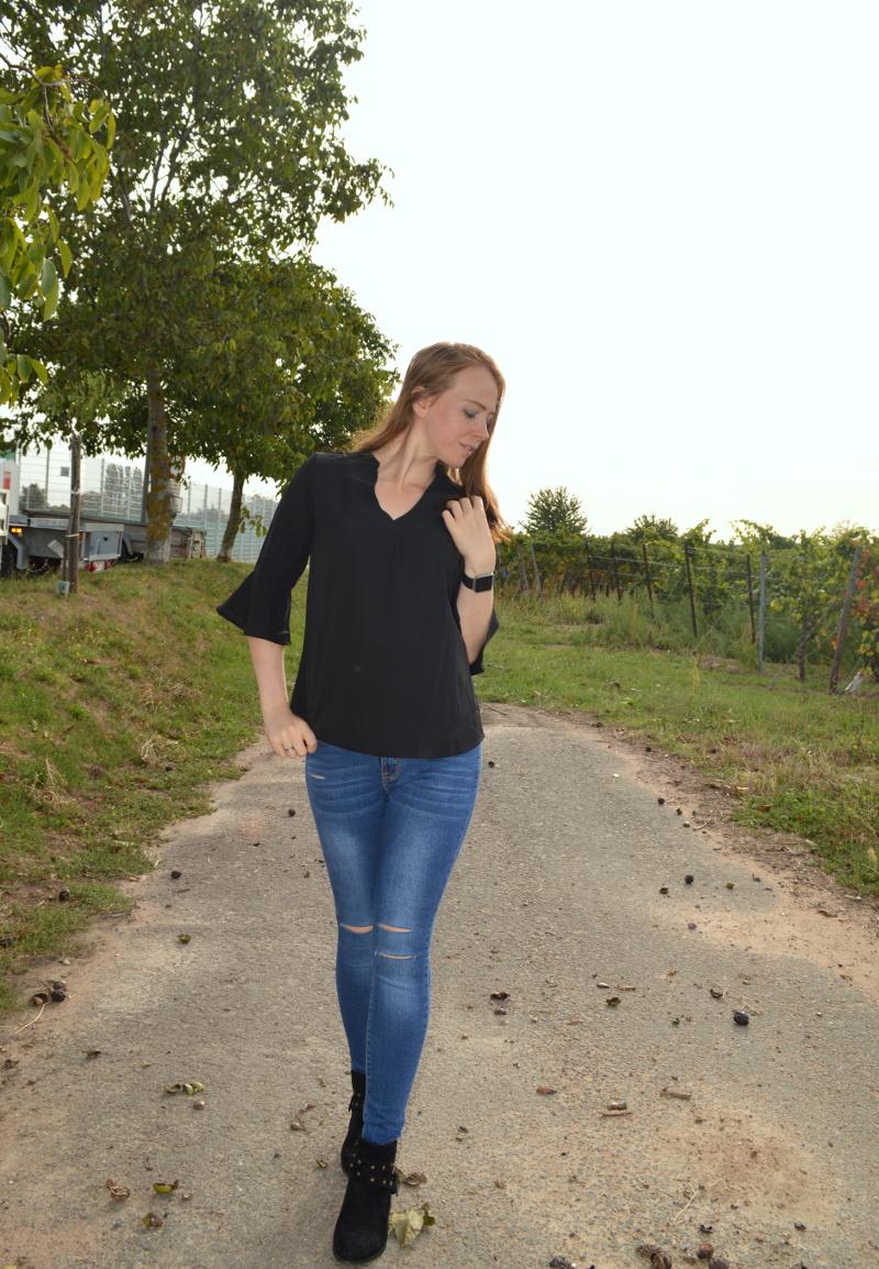 02a70c752b44c Schwarze Bluse in Kombination mit Jeans und Boots - Mishy-Hoffmann ...