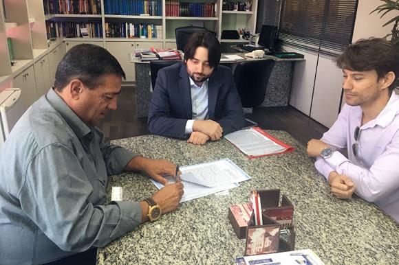Prefeito Zeinha, assina escritura que regulamenta o registro das áreas do terreno do Estado, doadas ao Município por Paulo Câmara.