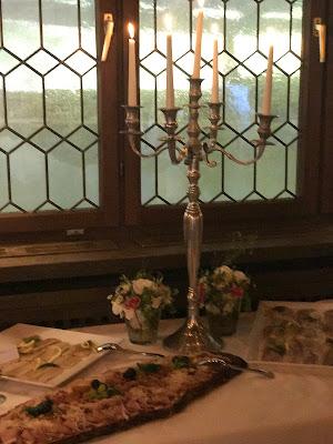 Hochzeitsbuffet in der Seehausbar, Maigrün, Pink, Frühlingshochzeit in den Bergen am See, Hochzeitshotel Riessersee Hotel Garmisch-Partenkirchen, heiraten in Bayern, Hochzeitsplanerin Uschi Glas