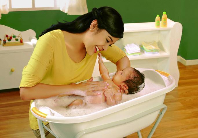 Hasil gambar untuk ibu sedang mandiin bayi