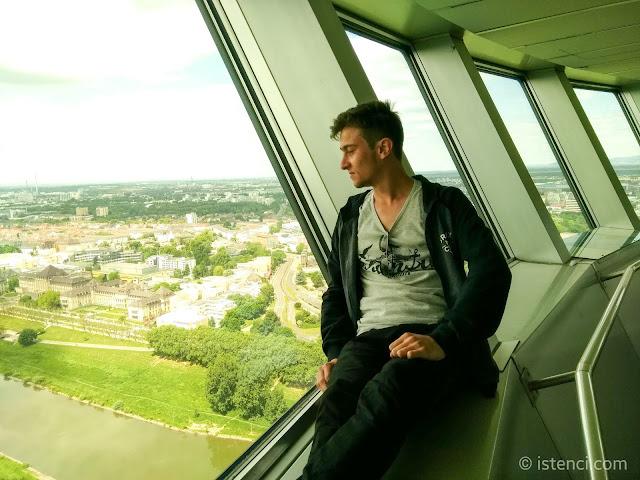 Fernmeldeturm Mannheim güvertesinden Harun İstenci Almanya'da Mannheim şehrini izliyor...