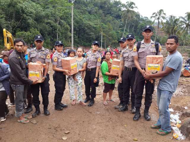 Taruna Akpol yang Melakukan Latja di Polres Subang Ikut Bantu Korban Banjir Bandang CIsalak