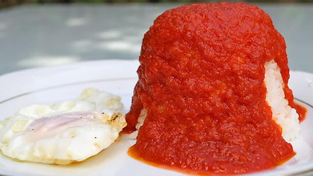 Arroz con tomate y huevo frito