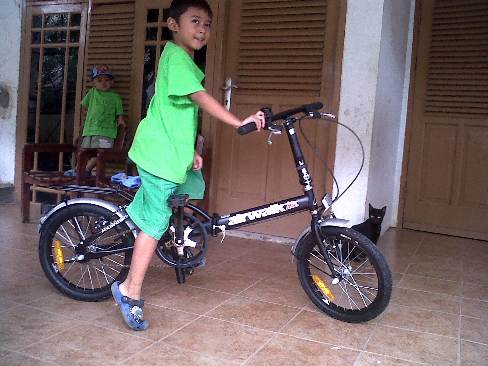 Jendela Lia Membuka Dunia Baru Naik Sepeda Roda 2