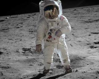 Astronautas da primeira viagem à lua confirmam ter presenciado óvnis em missão