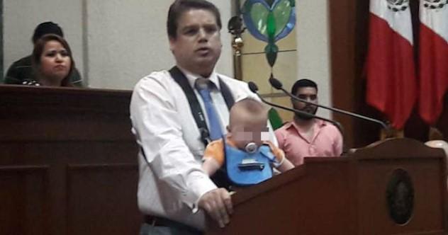 Un Diputado panista de Sinaloa sube a la Tribuna con su bebé para condenar el aborto