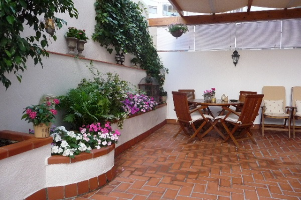 Un patio muy acogedor guia de jardin - Decorar un patio interior ...