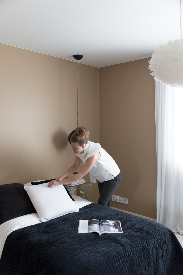 Villa H, hotellimainen makuuhuone, muhkea petaus, samettipintainen päiväpeitto, svanefors