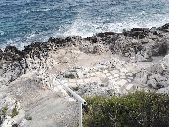 Kroatian karu luonto ja kiviset rannat