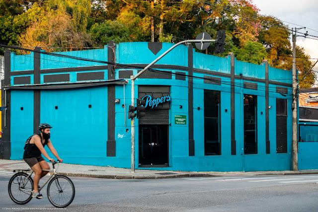 Casa na esquina da Rua Trajano Reis com a Rua Inácio Lustosa, com um ciclista passando na frente