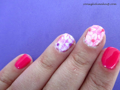 nail art fluo flower stamping