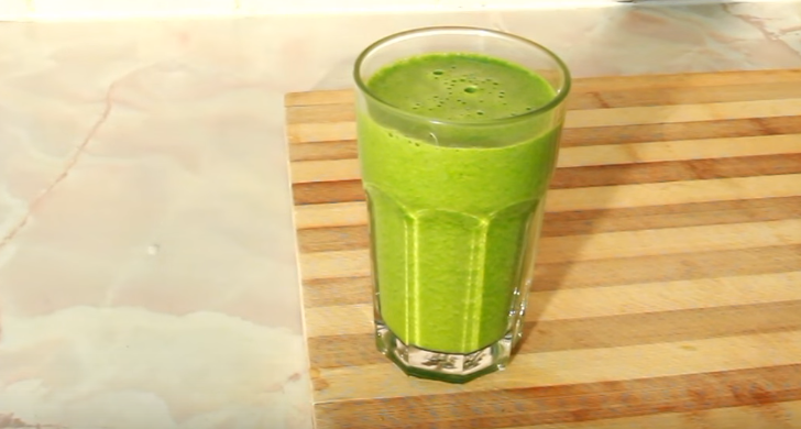Apple, cucumber and cilantro smoothie