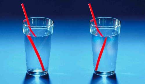 peristiwa pembiasan cahaya pada sedotan yang dicelupkan ke dalam gelas berisi air jernih