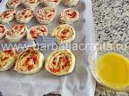 Mini pizza preparare reteta - ungem cu ou batut