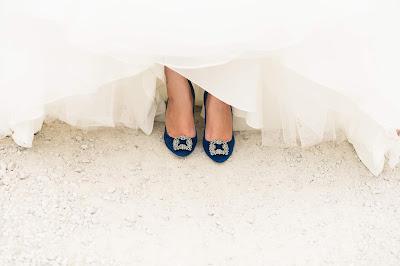 Novia con zapatos azules con hebilla