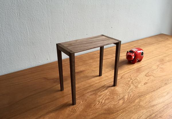 ウォルナット無垢の木のテーブルの模型