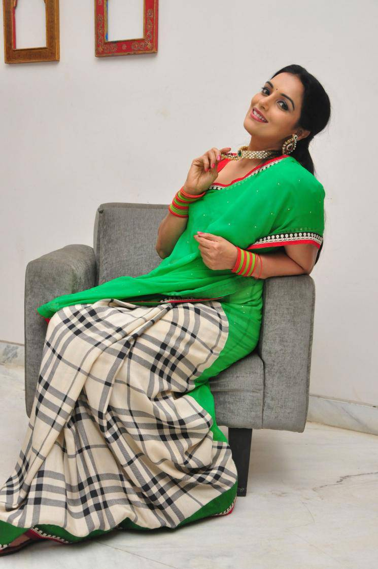 Shweta Menon Stills In Green Saree