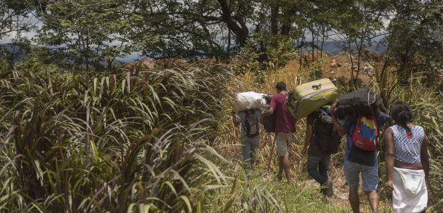 Siguen emigrando miles de venezolanos a través de Matorrales hacia Colombia