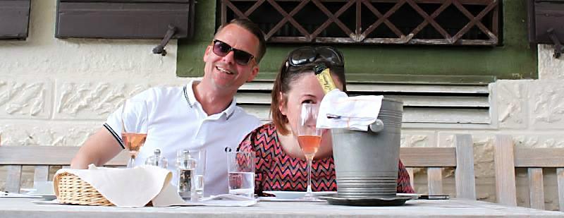 Der Liebste und Arthurs Tochter 2012 auf der Terrasse des Spielweg-Romantikhotels im Münstertal, Schwarzwald | Arthurs Tochter kocht. Der Blog für food, wine, travel & love von Astrid Paul