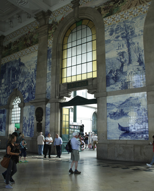 Creative guide to colorful Porto - Sao Bente station | Happy in Red