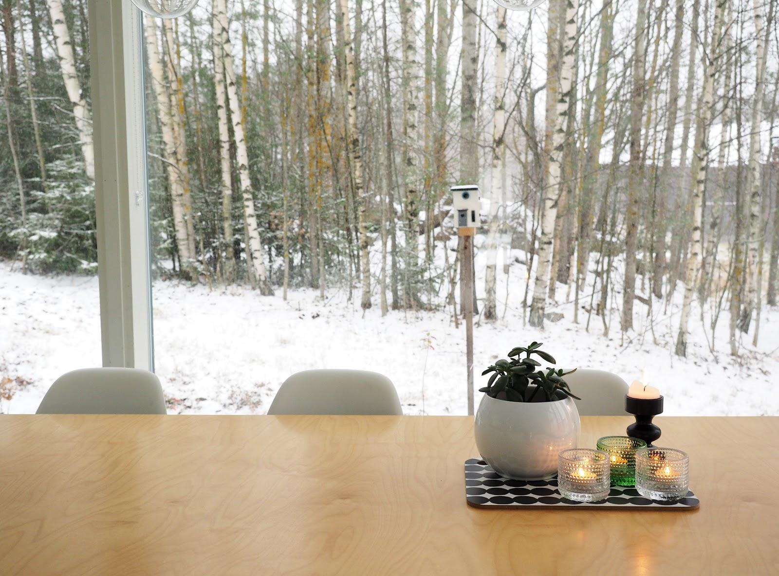 ensilumi, kynttilät, keittiön pöytä