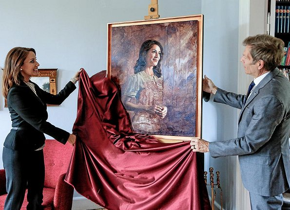 Princess Marie unveiled a new portrait of herself painted by artist Mikael Melbye.Princess wore Hugo Boss blazer and Marni blouse