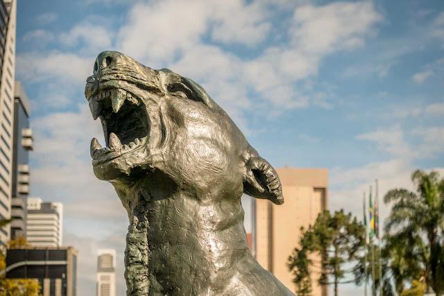 """""""Luar do Sertão"""", escultura em bronze de João Turin - detalhe da cabeça da onça"""