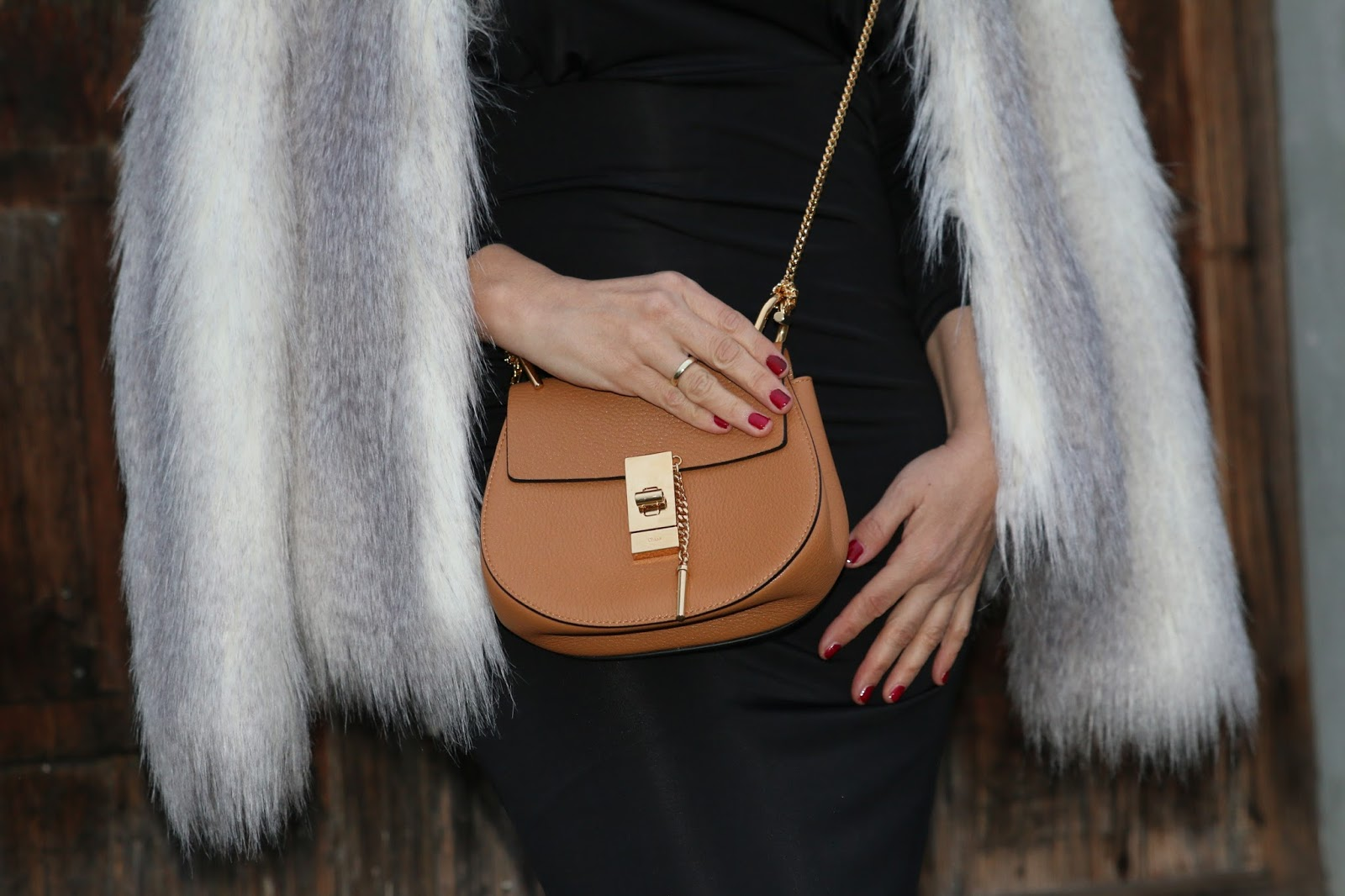 Outfit cognac Drew Chloe, black maxi dress, black buckle boots, bright fake fur jacket