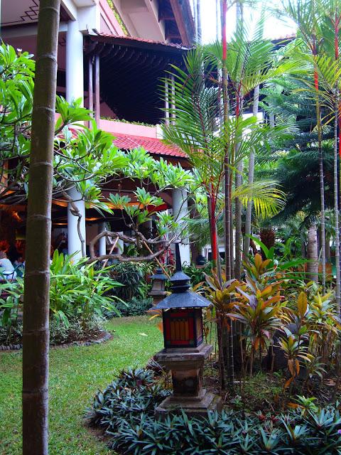 Изображение части двора одного из отелей в Индонезии