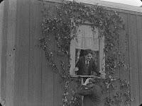 "Кадр из фильма Чарли Чаплина ""Бродяга"" / The Tramp (1915) - 16"