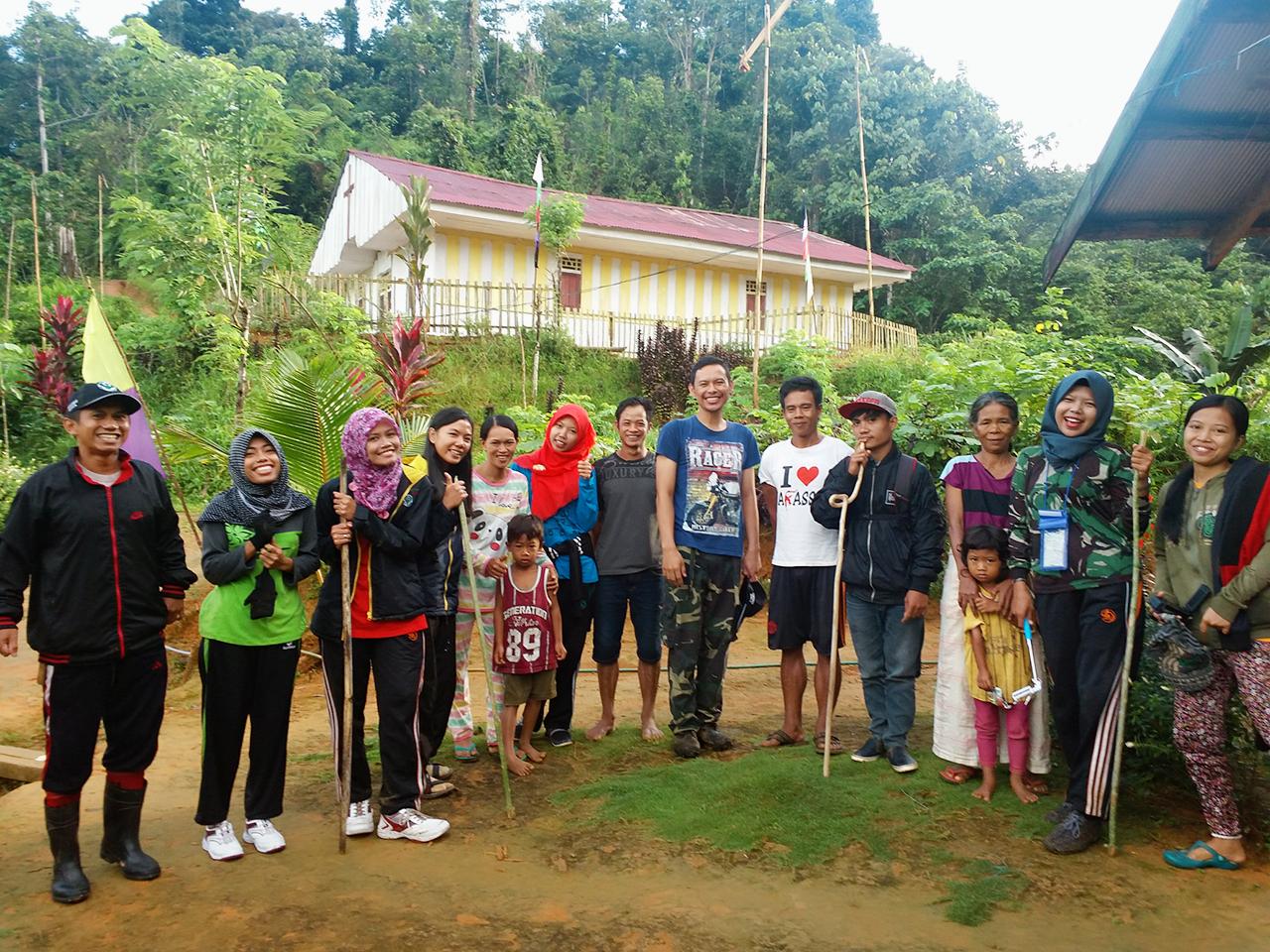 Potret Generasi Muda Yang Pertaruhkan Nyawa Demi Bantu Sesama My Produk Ukm Bumn Frozen Tahu Baxo Setibanya Di Salumayang Mereka Disambut Dengan Gembira Bak Pahlawan Maklum Lah Sejak Berdirinya Dusun Tersebut Baru Kali Ini Kedatangan Tenaga