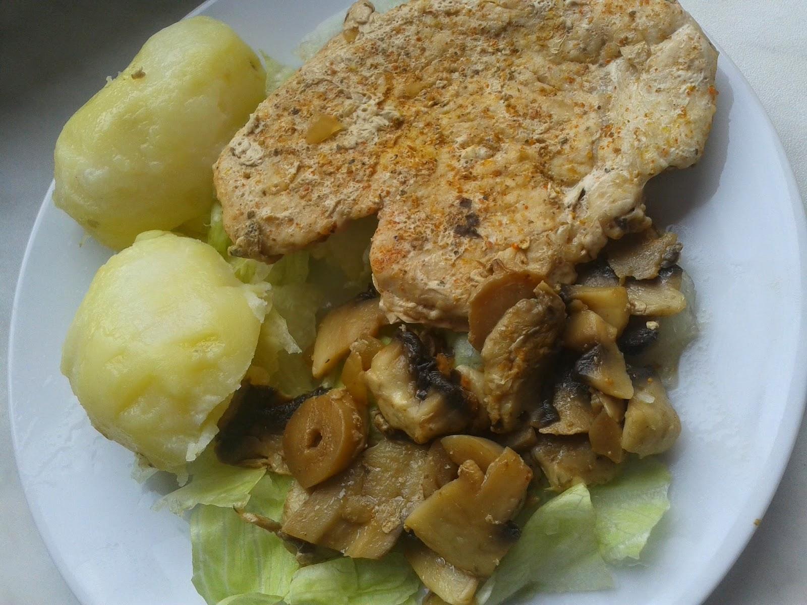 Pierś  kurczaka z ziemniakami, pieczarkami i sałatatą